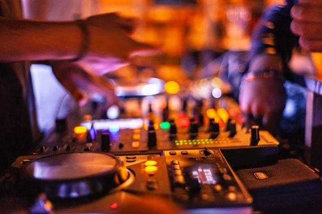 DJ spiller musik til festen