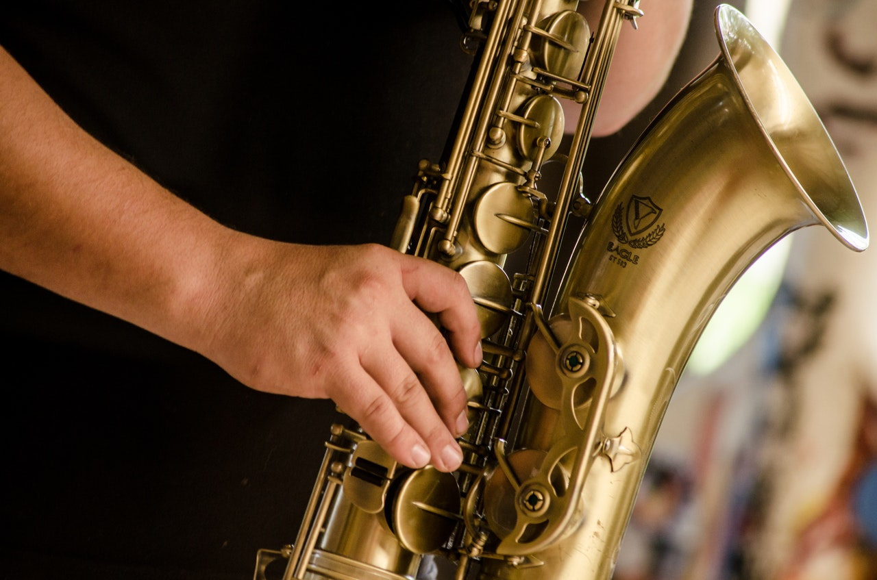 Dyr saxofon bliver spillet på af mand