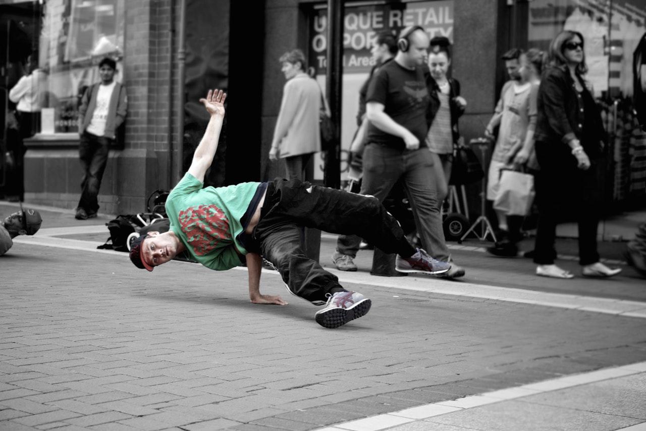 Break dancer danser på asfalt på gaden
