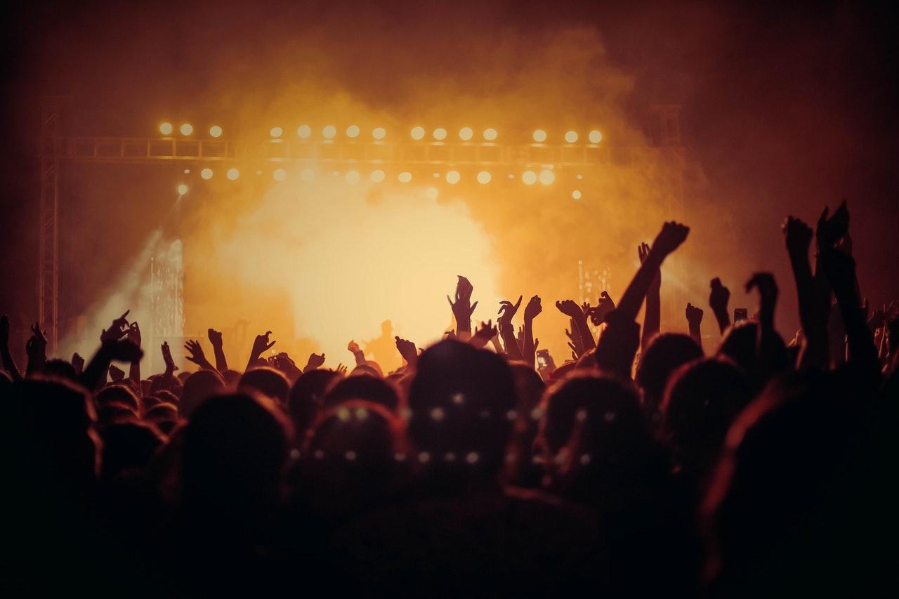 Folk danser på roskilde festival