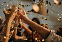 Folk skåler med champagne til fest