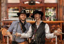 To mænd står i western bar