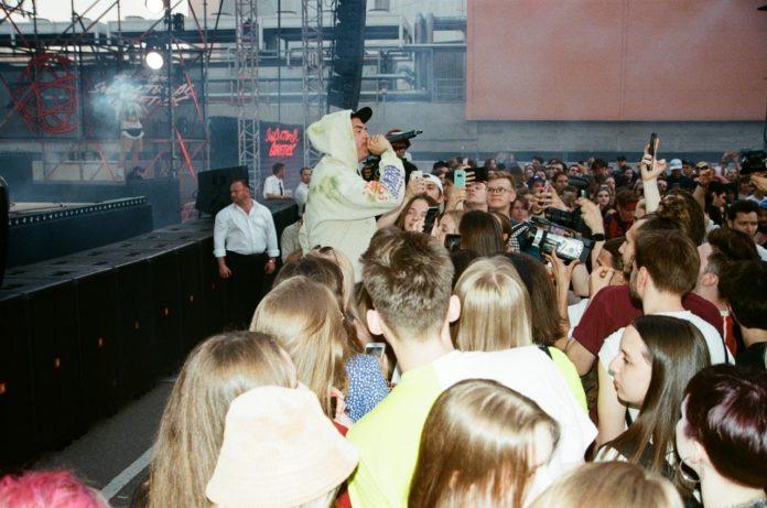 Rapper står foran publikum og rapper