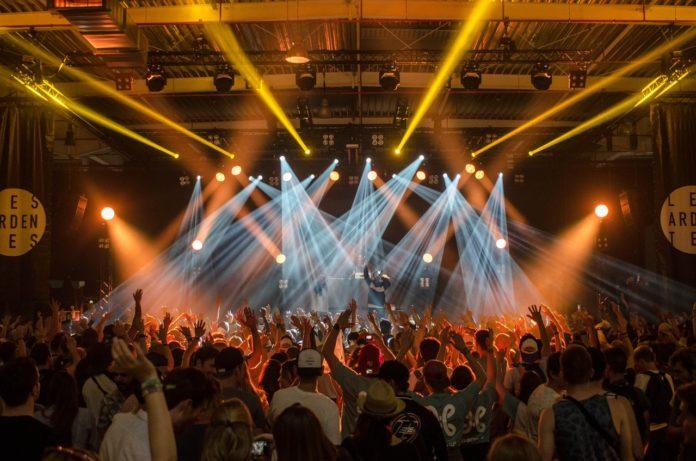En masse folk er til koncert med lysshow