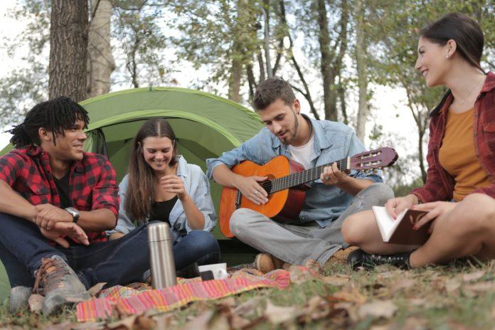 Folk fra musikfestival spiller guitar sammen