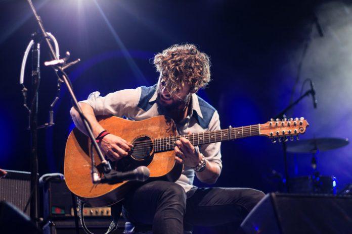 Kendt musiker spiller guitar live